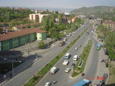 2006 yılında Atatürk İlköğretim Okulu ve arkasında 100 Evler Mahallesi
